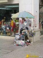 Straßenhändler bietet am Rossio das Einschweißen von Ausweishüllen und Krimskrams an