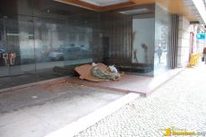 Obdachloser übernachtet im Eingang eines geschlossenen Ladenlokals