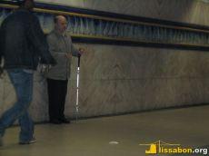 Ein Blinder bittet im Gang einer Metro-Station um Geld
