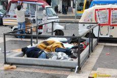 Im Winter nutzen Obdachlose die warmen Lüftungsschächte der Metro, wie hier am Praça da Figueira