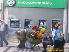 Blumenverkäuferin im Rentenalter in der Rua Augusta