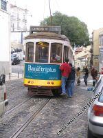 Kinder hängen sich an die Straßenbahn an und lassen sich transportieren