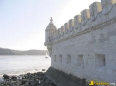 Der Torre de Belém wurde vor Jahrhunderten noch vom Fluss Tejo umspült - heute steht er frei an Land