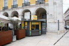 Auch am Terreiro do Paço (Praça do Comércio) können Sie in der ask me Touristeninformation oder draußen an diesem Kiosk Tickets und Informationen erhalten. Der Kiosk ist Abfahrtshaltestelle für die Ferntouren nach Sintra und Fátima.