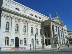 Das Nationaltheater im Herzen der Stadt. Dahinter befindet sich ein Polizeirevier.