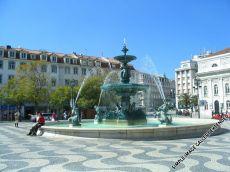 Der Brunnen auf dem Praça de D. Pedro IV. Letzerer wird von Einheimischen einfach nur