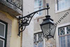 Das Stadtsymbol Segelschiff ist sogar Bestandteil der eisernen Straßenbeleuchtung