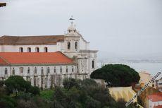 Der gut beschattete Aussichtspunkt Miradouro da Graça vor der Kirche Igreja da Graça